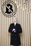 Schöne blonde Frau, die stehende nahe bitcoin Skizze zeigt Virtuelles Geld- oder btczerstampfungskonzept Cryptocurrency Stockfoto