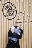 Schöne blonde Frau, die stehende nahe bitcoin Skizze zeigt Virtuelles Geld- oder btczerstampfungskonzept Cryptocurrency Stockbild