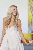 Schöne blonde Frau, die weg schaut Lizenzfreie Stockfotografie