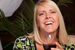 Schöne blonde Frau, die Wein genießt Stockfotos