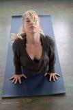 Schöne blonde Frau, die Yoga tut Lizenzfreies Stockfoto