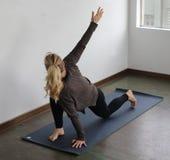 Schöne blonde Frau, die Yoga tut Lizenzfreies Stockbild