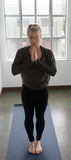 Schöne blonde Frau, die Yoga tut Stockfoto