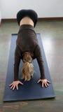 Schöne blonde Frau, die Yoga tut Lizenzfreie Stockfotos