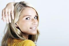 Schöne blonde Frau, die zurück schaut Stockbild