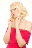 Schöne blonde Frau, die zur Kamera schaut Stockfotos