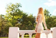Schöne blonde Frau draußen Stockfoto