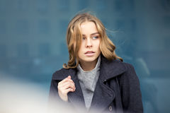 Schöne blonde Frau draußen Lizenzfreies Stockfoto