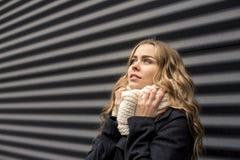 Schöne blonde Frau draußen Lizenzfreie Stockfotos