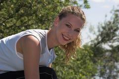 Schöne blonde Frau draußen Stockfotografie
