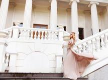 Schöne blonde Frau draußen auf der Treppe Lizenzfreies Stockfoto