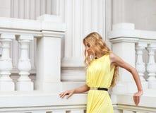 Schöne blonde Frau draußen auf der Treppe Lizenzfreie Stockfotografie