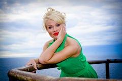 Schöne blonde Frau durch Meer Lizenzfreies Stockfoto