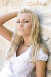 Schöne blonde Frau durch Weinlesewand Lizenzfreie Stockfotografie