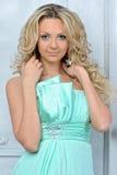 Schöne blonde Frau in einem blauen Kleid. Lizenzfreie Stockbilder