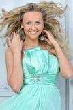 Schöne blonde Frau in einem blauen Kleid. Lizenzfreie Stockfotografie