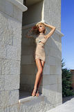 Schöne blonde Frau in einem Hochzeitskleid in Santorini in Griechenland Lizenzfreie Stockbilder