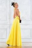 Schöne blonde Frau in einem langen Kleid. Lizenzfreie Stockfotos