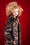 Schöne blonde Frau in einem Pelz Lizenzfreie Stockfotografie
