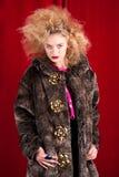 Schöne blonde Frau in einem Pelz Lizenzfreie Stockbilder