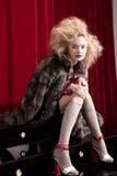 Schöne blonde Frau in einem Pelz Stockfotografie