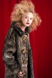 Schöne blonde Frau in einem Pelz Lizenzfreie Stockfotos