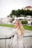Schöne blonde Frau in einem Winterregenmantel Stockfoto