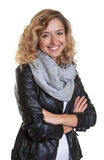 Schöne blonde Frau in einer Lederjacke Stockfoto
