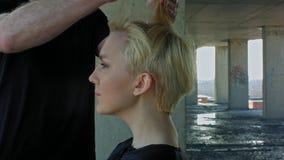 Schöne blonde Frau erhält hairdress Lizenzfreies Stockbild