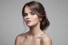 Schöne blonde Frau Frisur und Make-up Lizenzfreie Stockfotografie