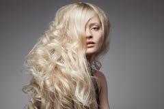 Schöne blonde Frau Gelocktes langes Haar Stockfoto