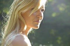 Schöne blonde Frau genießen Morgen Stockbilder