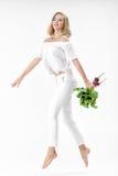 Schöne blonde Frau hält Rote-Bete-Wurzeln mit grünen Blättern auf weißem Hintergrund Gesundheit und Vitamine Stockfotografie