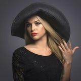 Schöne blonde Frau in Hat Stockfotos