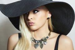 Schöne blonde Frau in Hat.Spring.Jewelry Stockbilder