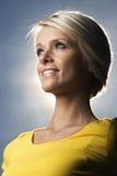 Schöne blonde Frau hintergrundbeleuchtet durch die Sonne Stockbild