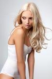 Schöne blonde Frau im Badeanzug Stockfotos