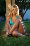 Schöne blonde Frau im Bikini Stockfotos