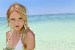 Schöne blonde Frau im Bikini Stockbilder