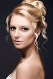 Schöne blonde Frau im Bild der Braut Stockfotografie