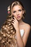 Schöne blonde Frau im Bild der Braut mit Stockbild