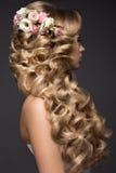 Schöne blonde Frau im Bild der Braut mit Stockfotografie