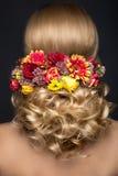 Schöne blonde Frau im Bild der Braut mit Stockfoto