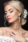 Schöne blonde Frau im Bild der Braut mit Blumen Schönheits-Gesicht und Frisur Lizenzfreie Stockfotos