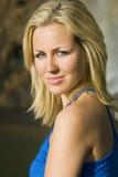 Schöne blonde Frau im blauen Kleid Lizenzfreies Stockfoto