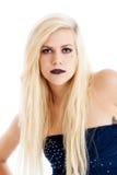Schöne blonde Frau im blauen Kleid Stockfoto