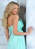 Schöne blonde Frau im blauen Kleid. Lizenzfreies Stockfoto