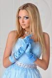 Schöne blonde Frau im blauen Kleid Stockfotografie