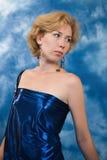 Schöne blonde Frau im dunkelblauen Gewebe Lizenzfreie Stockfotos