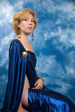 Schöne blonde Frau im dunkelblauen Gewebe Stockfoto